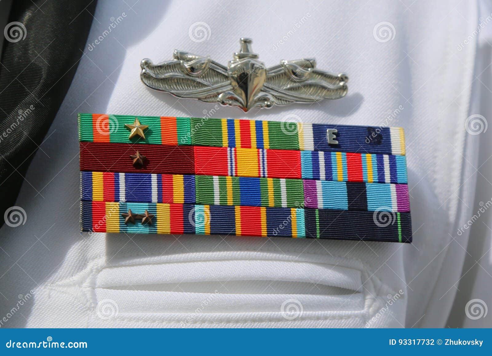 Rubans militaires de marine des USA sur l uniforme de marine d Etats-Unis