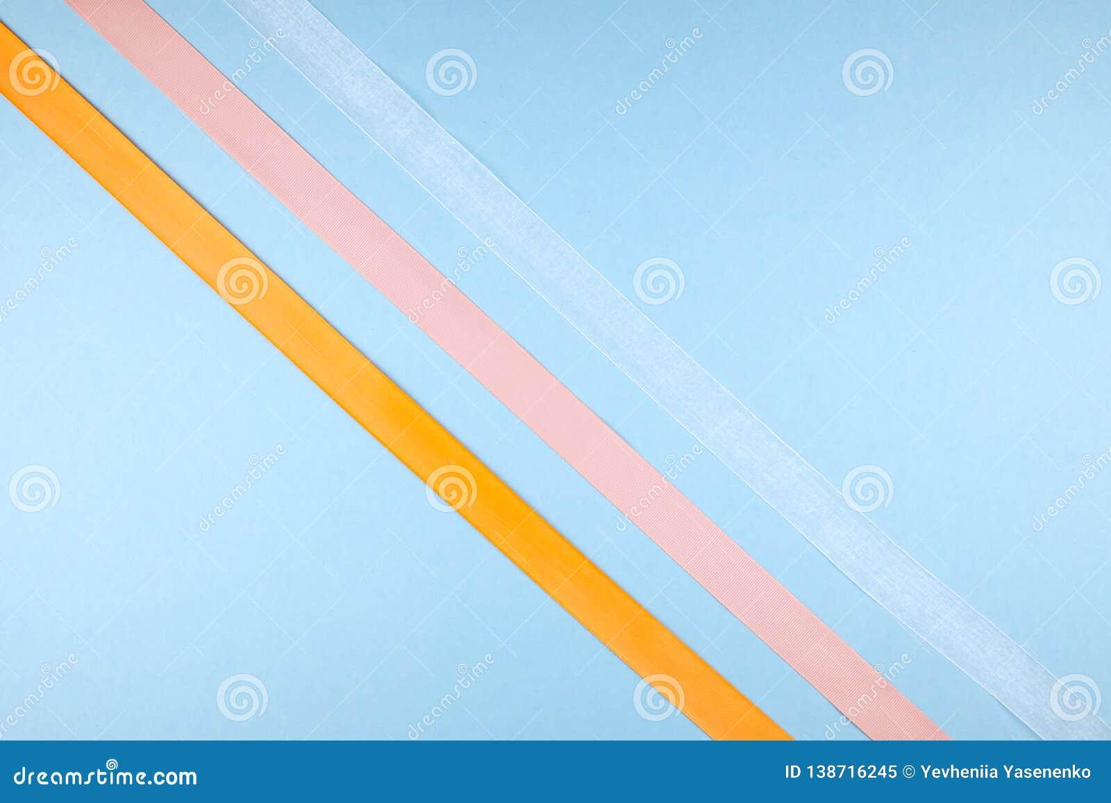 Rubans multicolores sur un fond bleu Concept de minimalisme