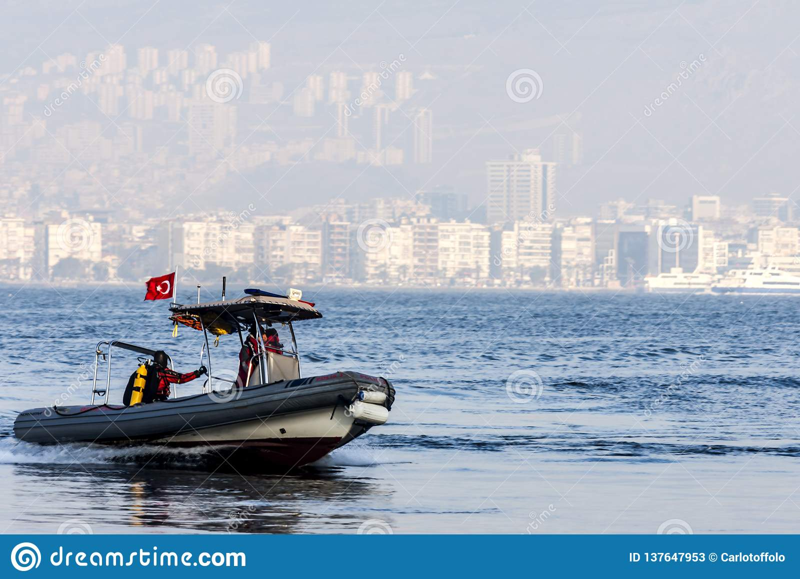Rubberbootje op het overzees voor Izmir Turkije
