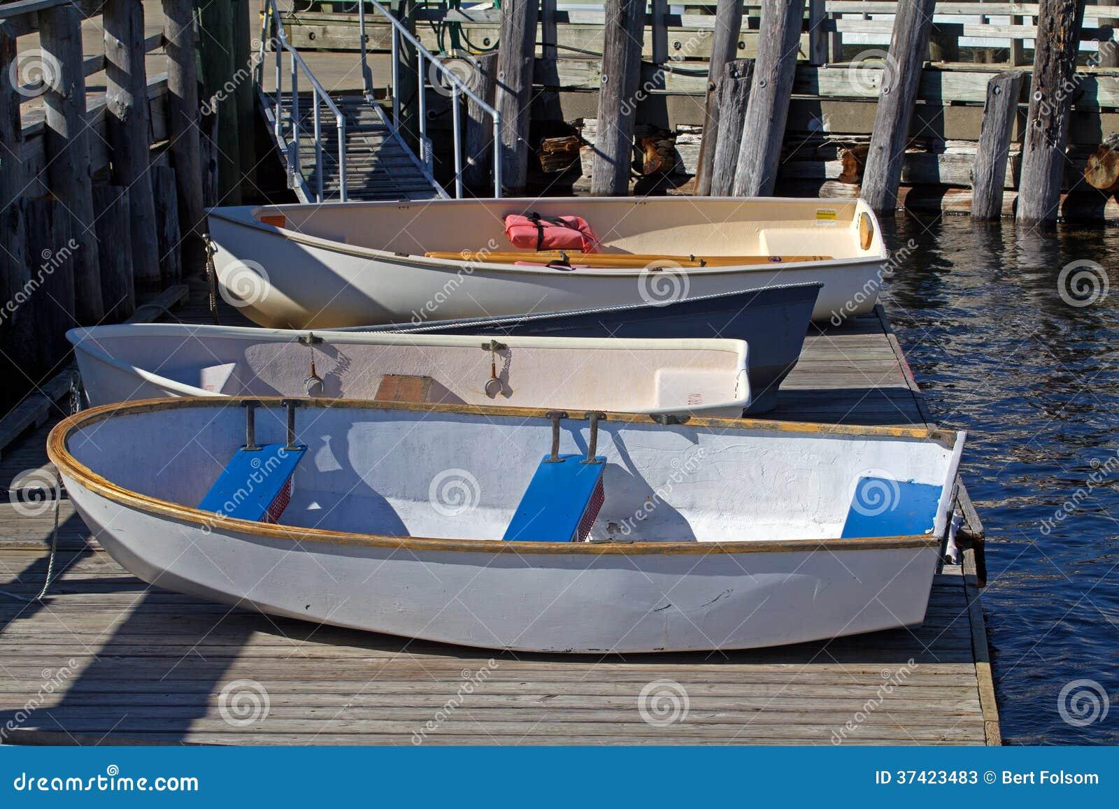 Rubberboten op een drijvend dok