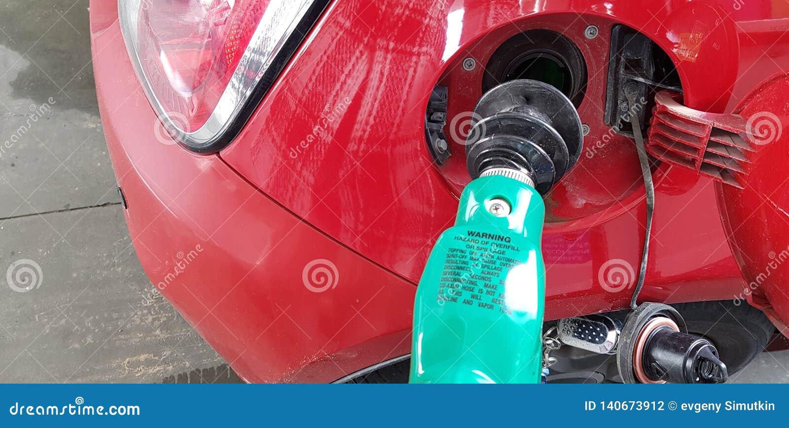 Rubberbrandstofpijp binnen de gashouder minisportwagen het vullen benzine in self - servicepost