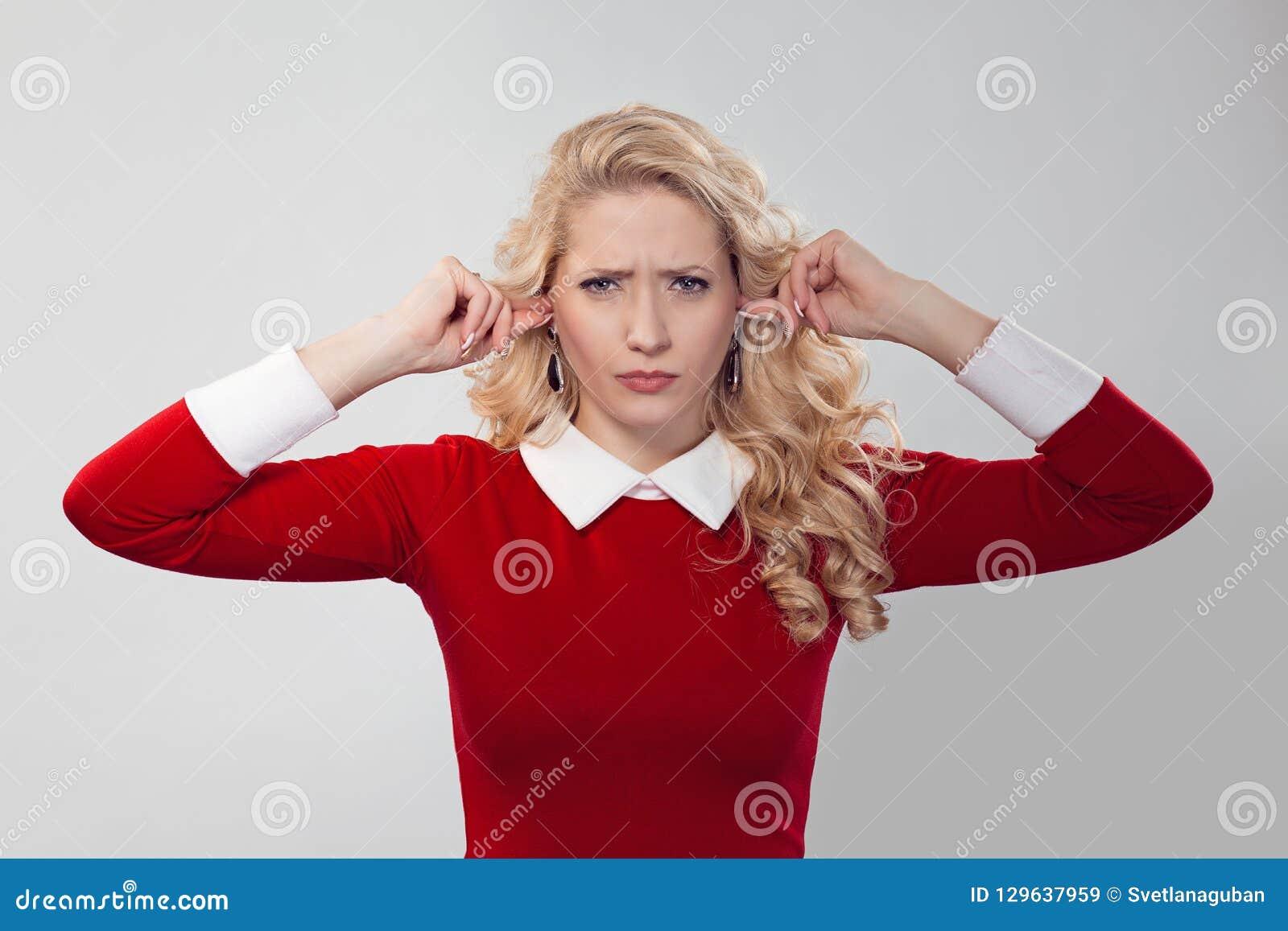 Rubbningkvinna som stoppar öron