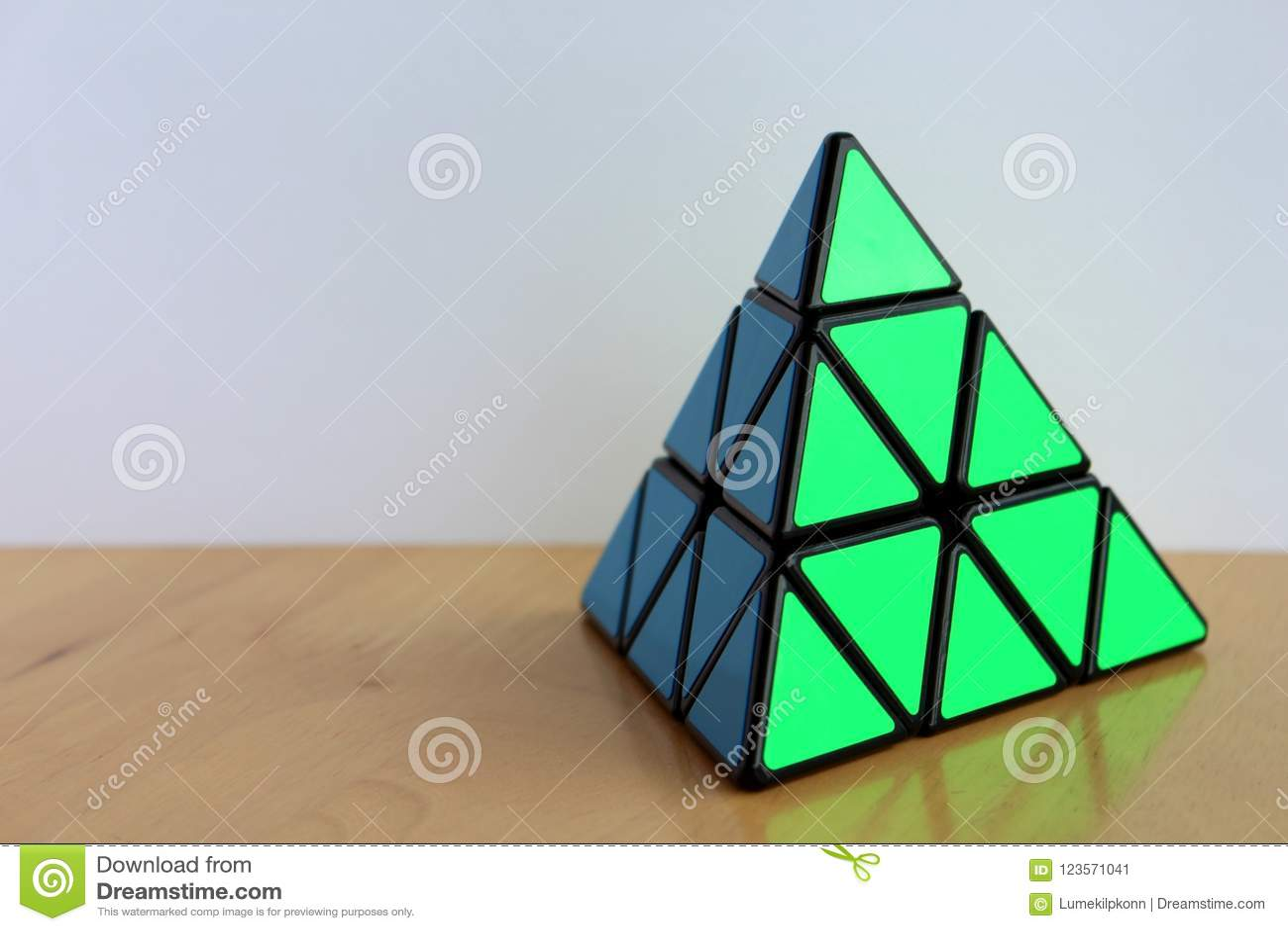 Rubik` s Pyraminx Kubus op een Lijst
