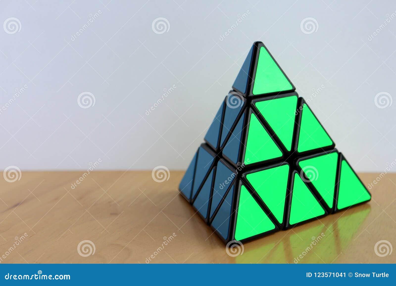 Rubik-` s Pyraminx Würfel auf einer Tabelle