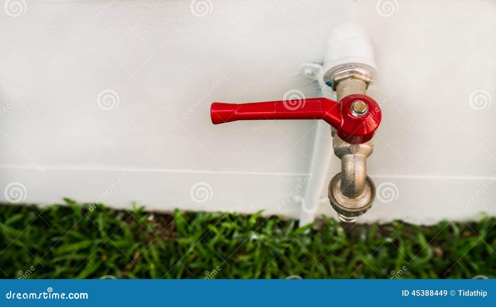 Rubinetto Di Acqua Rossa Nel Giardino Immagine Stock - Immagine: 45388449