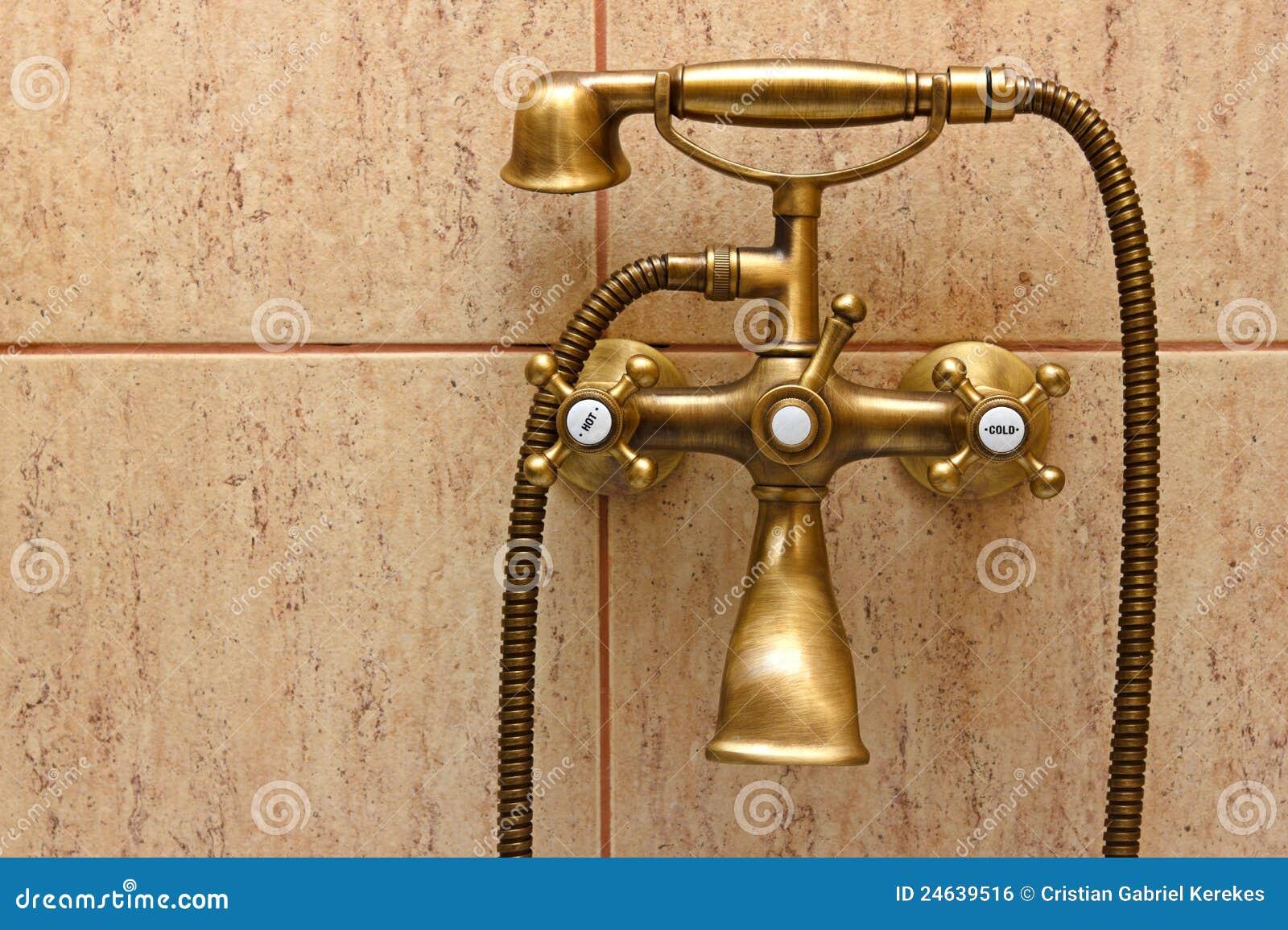 Rubinetto di vasca da bagno dell 39 annata e mattonelle di - Rubinetto vasca da bagno prezzi ...