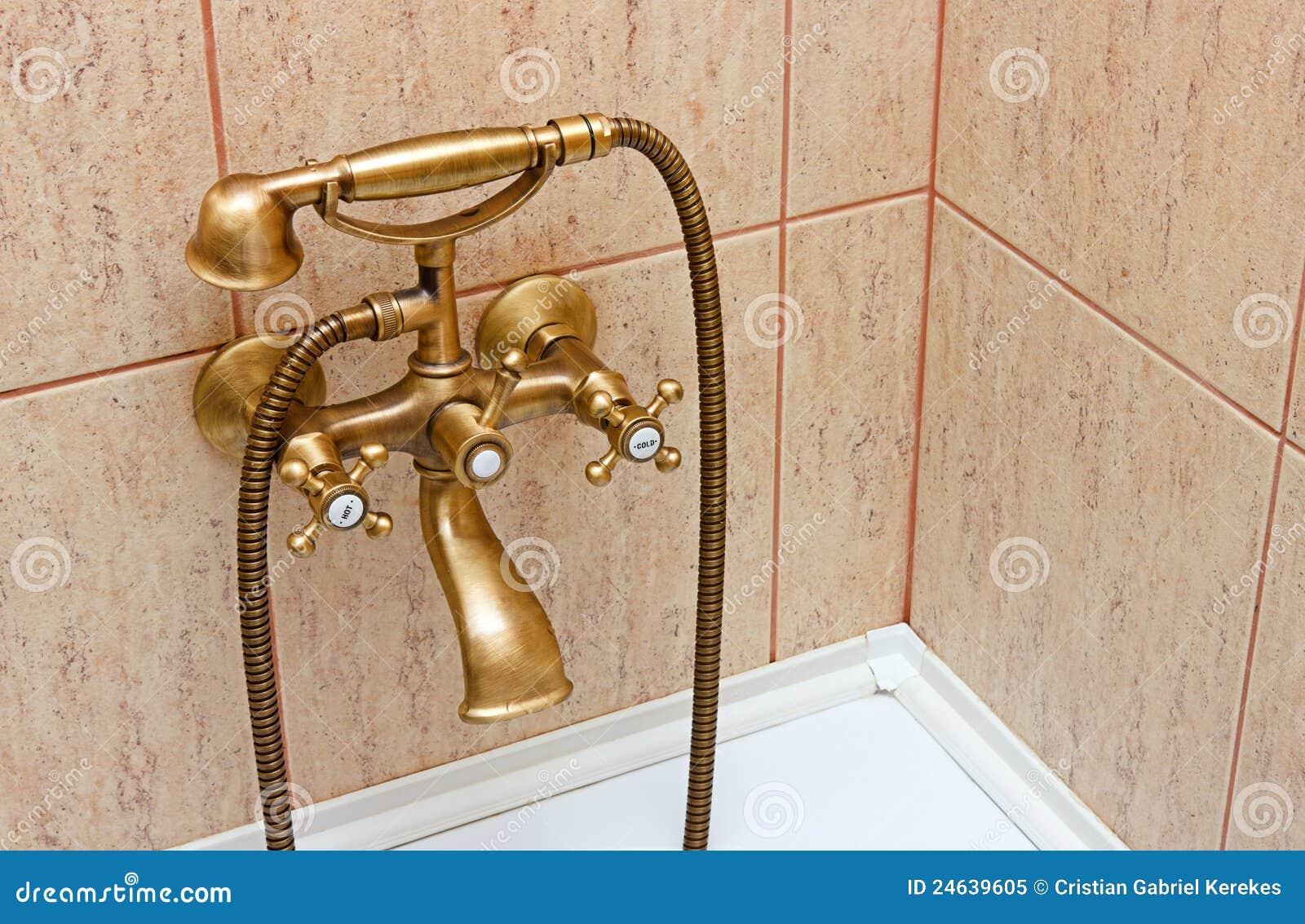 Vasca Da Bagno Bassa : Rubinetto di vasca da bagno dellannata e mattonelle di ceramica