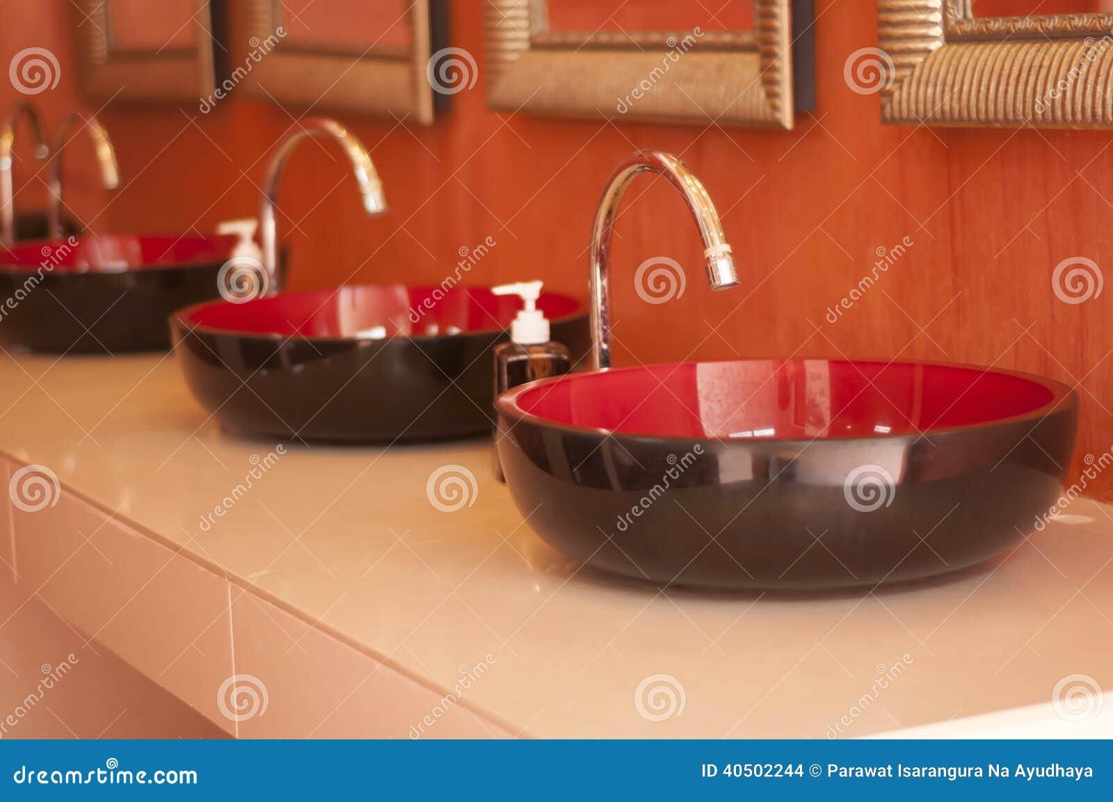 Rubinetto e lavabo