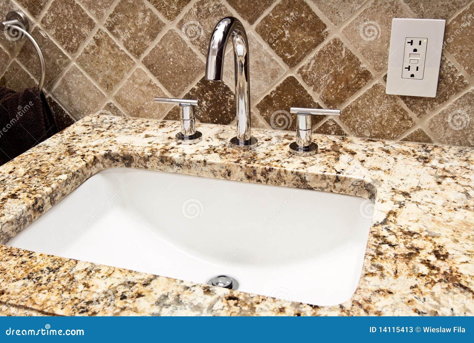 Rubinetto moderno della stanza da bagno immagine stock - Stanze da bagno moderne ...