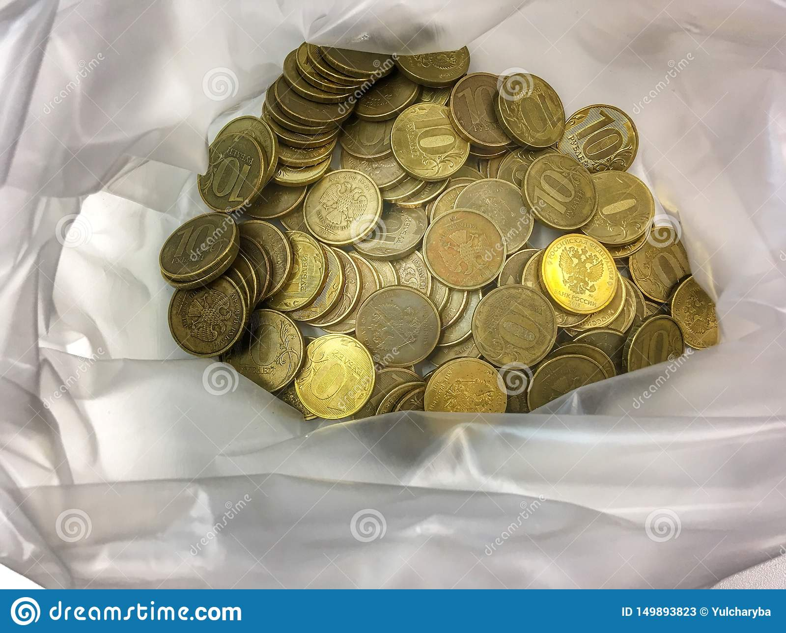 Rublos del dinero Muchas monedas de cobre en una bolsa de plástico