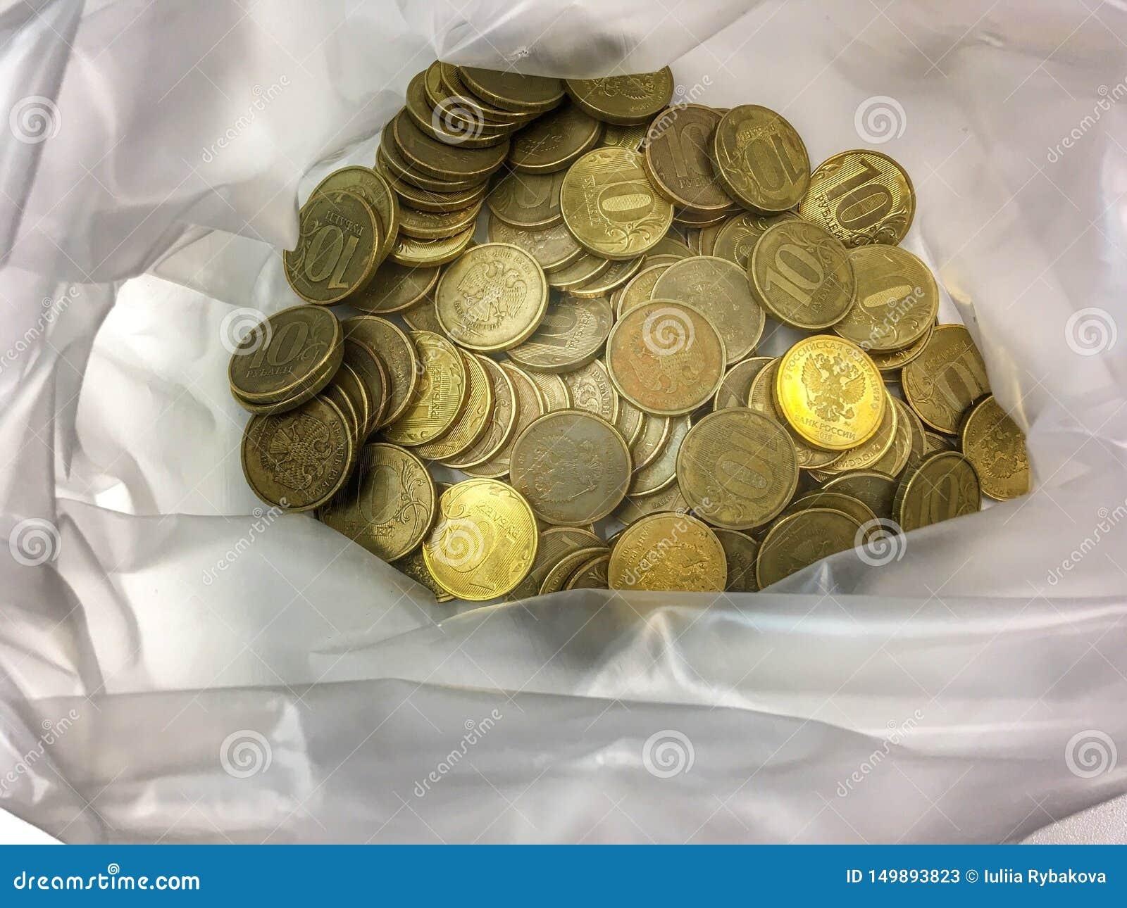 Rublos do dinheiro Muitas moedas de cobre em um saco de plástico