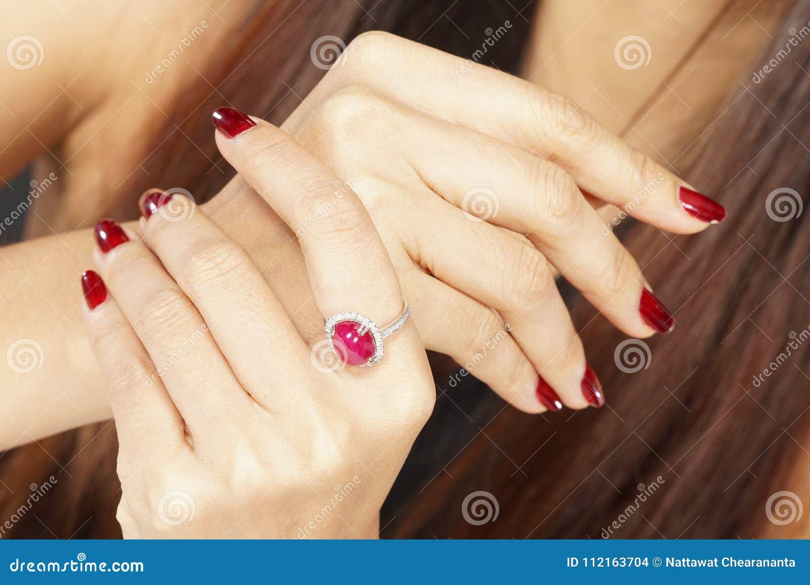 Ruby Diamond Ring auf Frauenhand