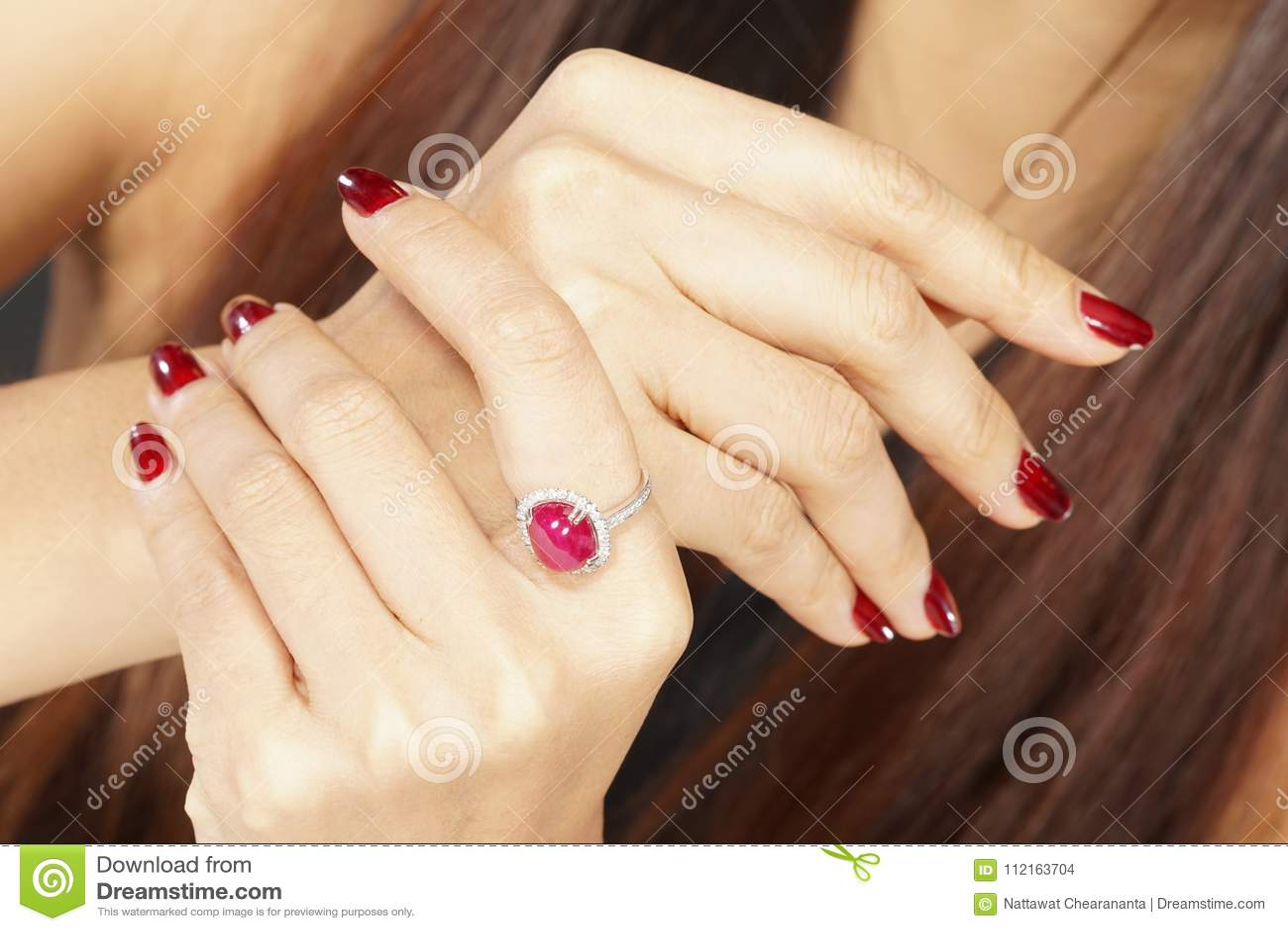Ruby Diamond Ring op vrouwenhand