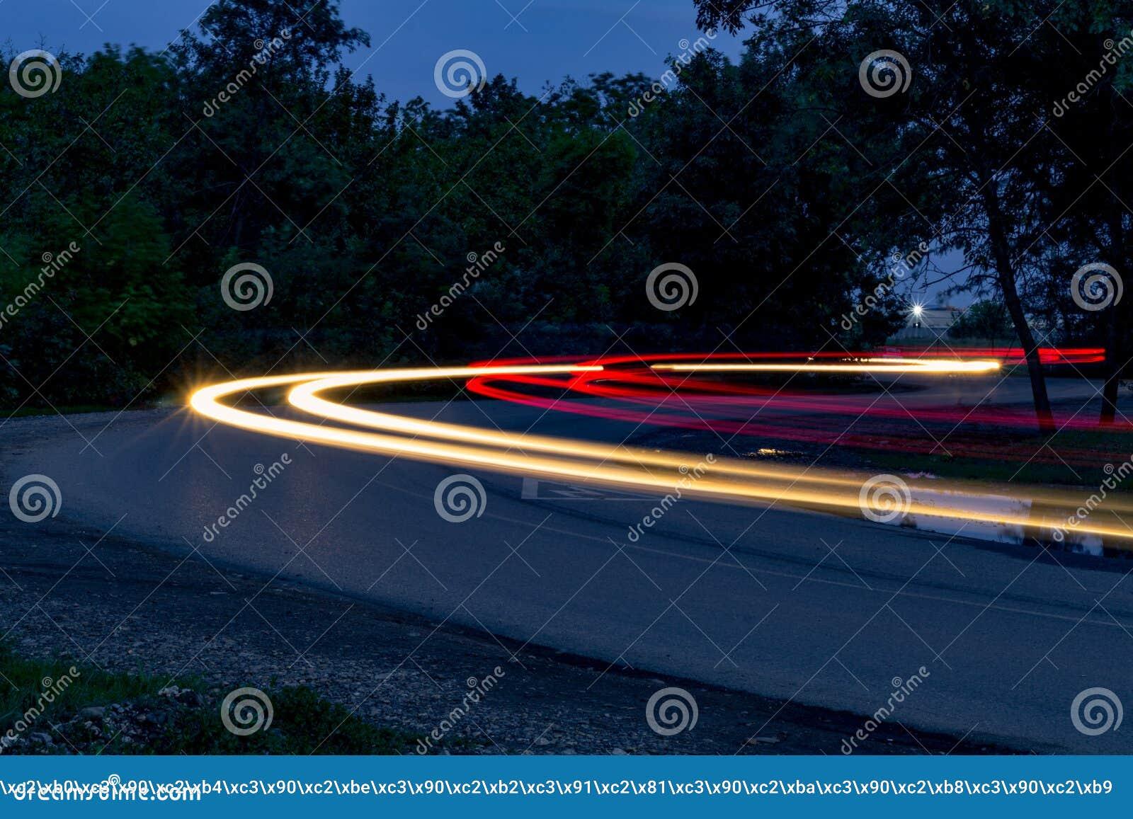 Ruch drogowy na zwrocie przy nocą