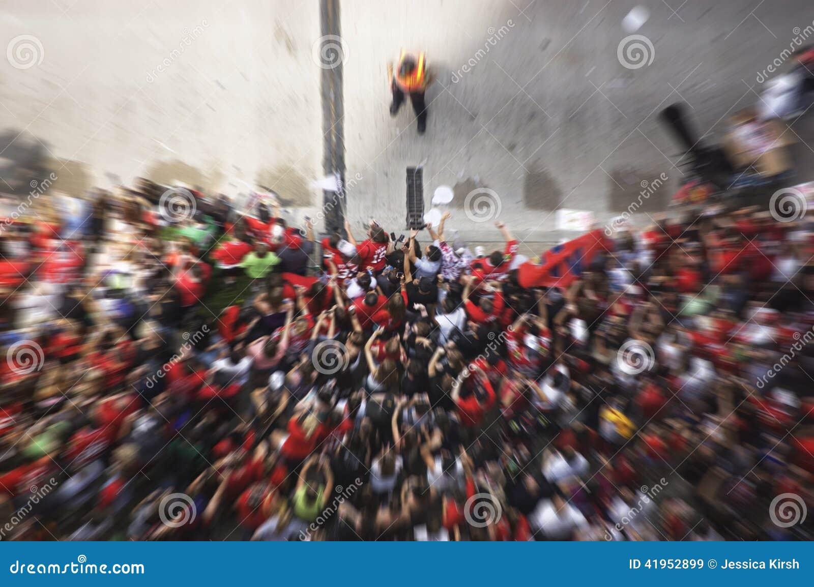 Ruch plama tłum Rozwesela Podczas parady Świętuje Chicagowskiego Blackhawks Stanley filiżanki zwycięstwo fan - Czerwiec 11, 2010