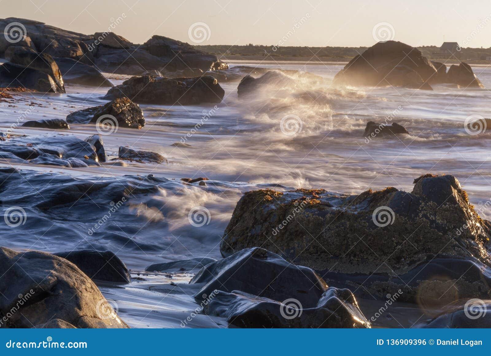 Ruch plamy fala łama skalistego linii brzegowej wschód słońca