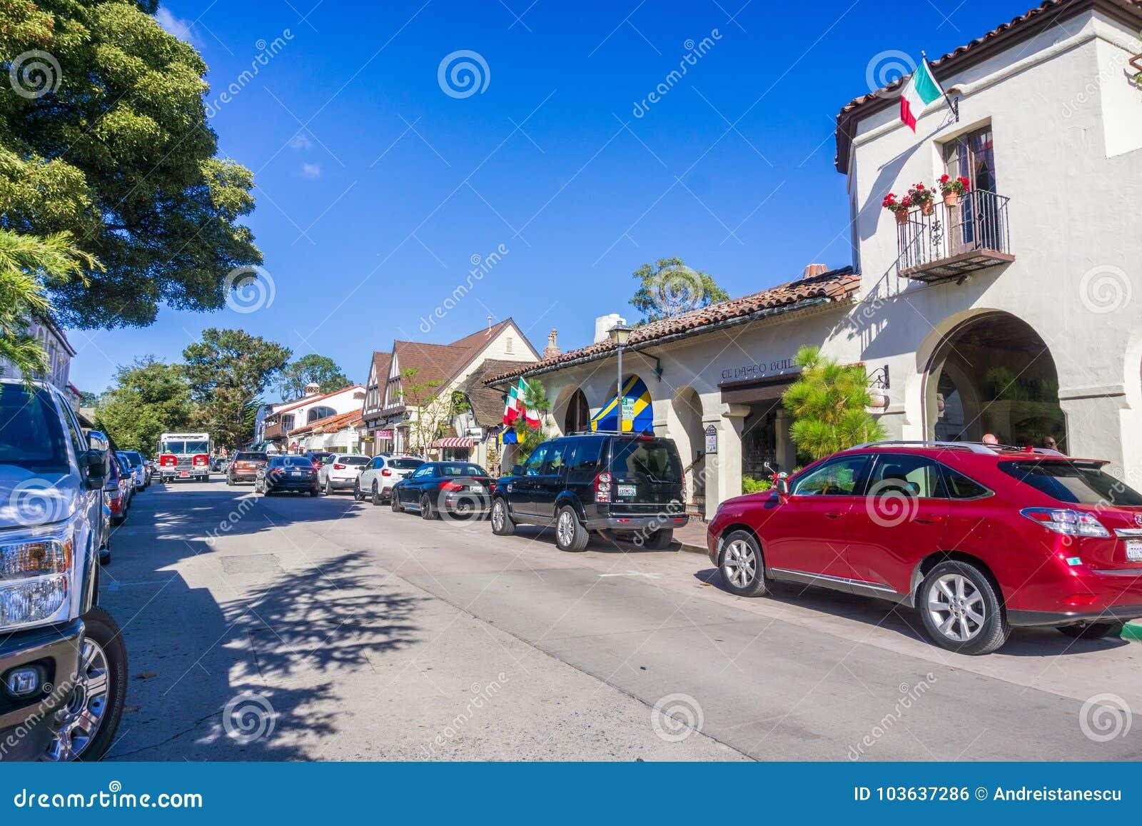 Ruchliwa ulica w w centrum Carmel, Monterey półwysep, Kalifornia