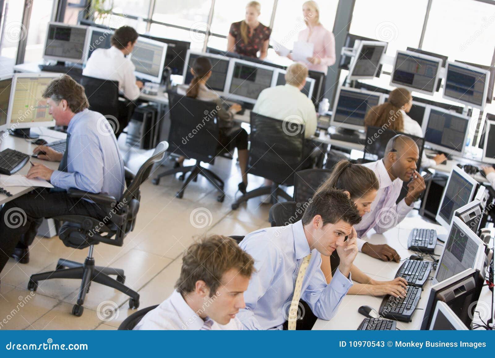 Ruchliwie biura zapasu handlowów widok