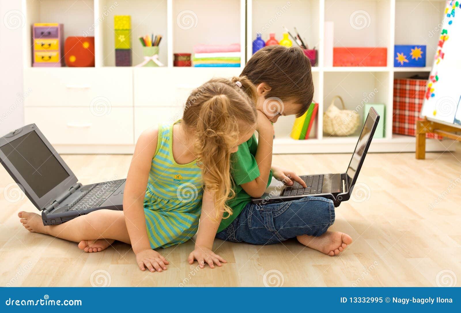 Ruchliwie komputerowych dzieciaków handlowy sztuczek używać