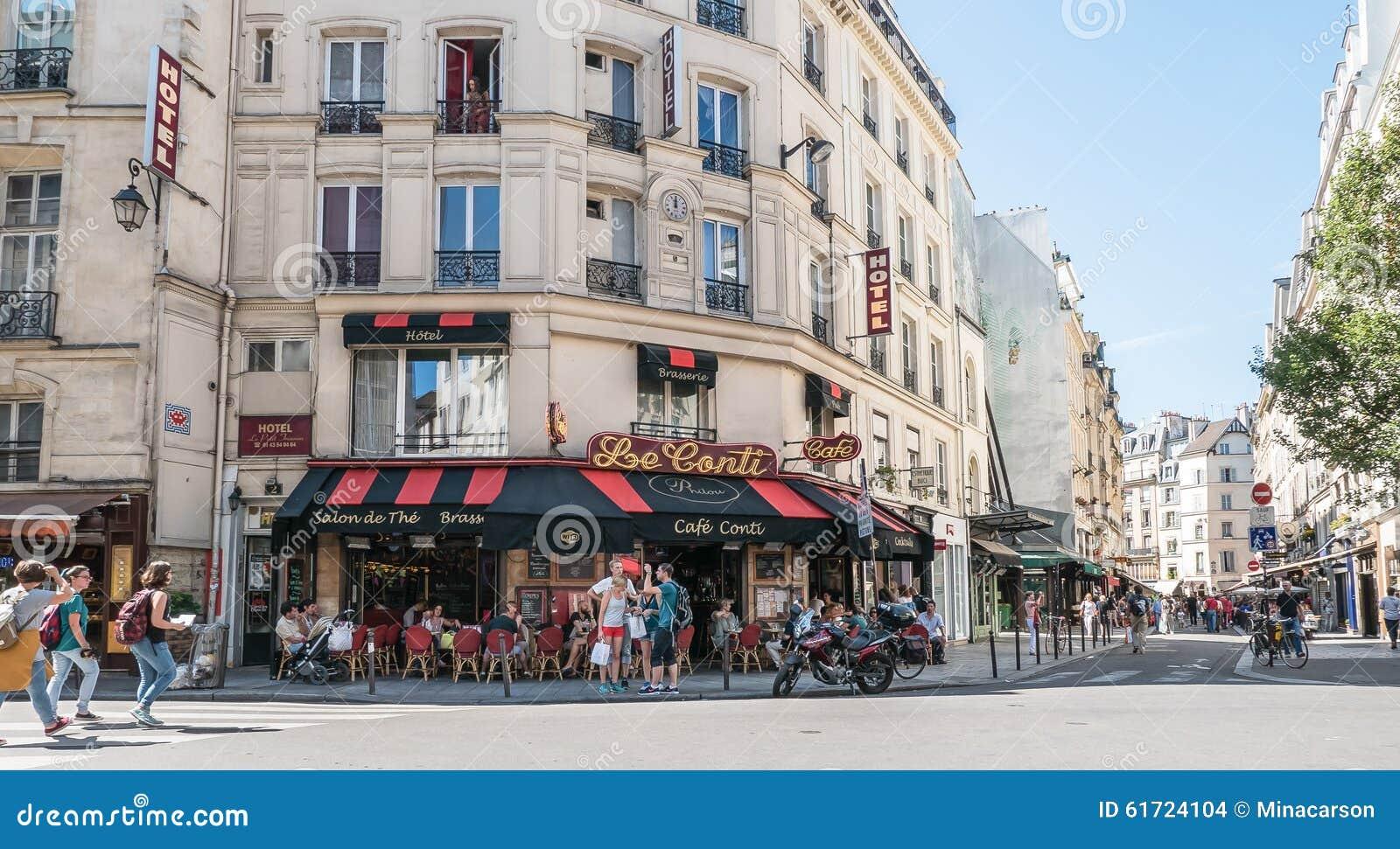 Ruchliwie Paryska uliczna scena przed Le Kawiarnia Conti