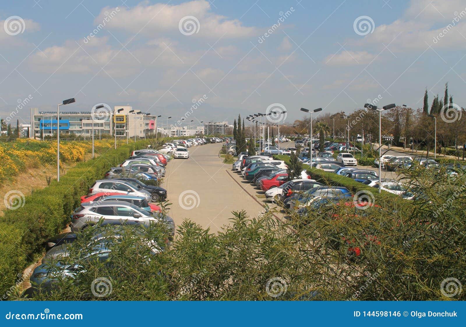 Ruchliwie plenerowy parking w Nikozja
