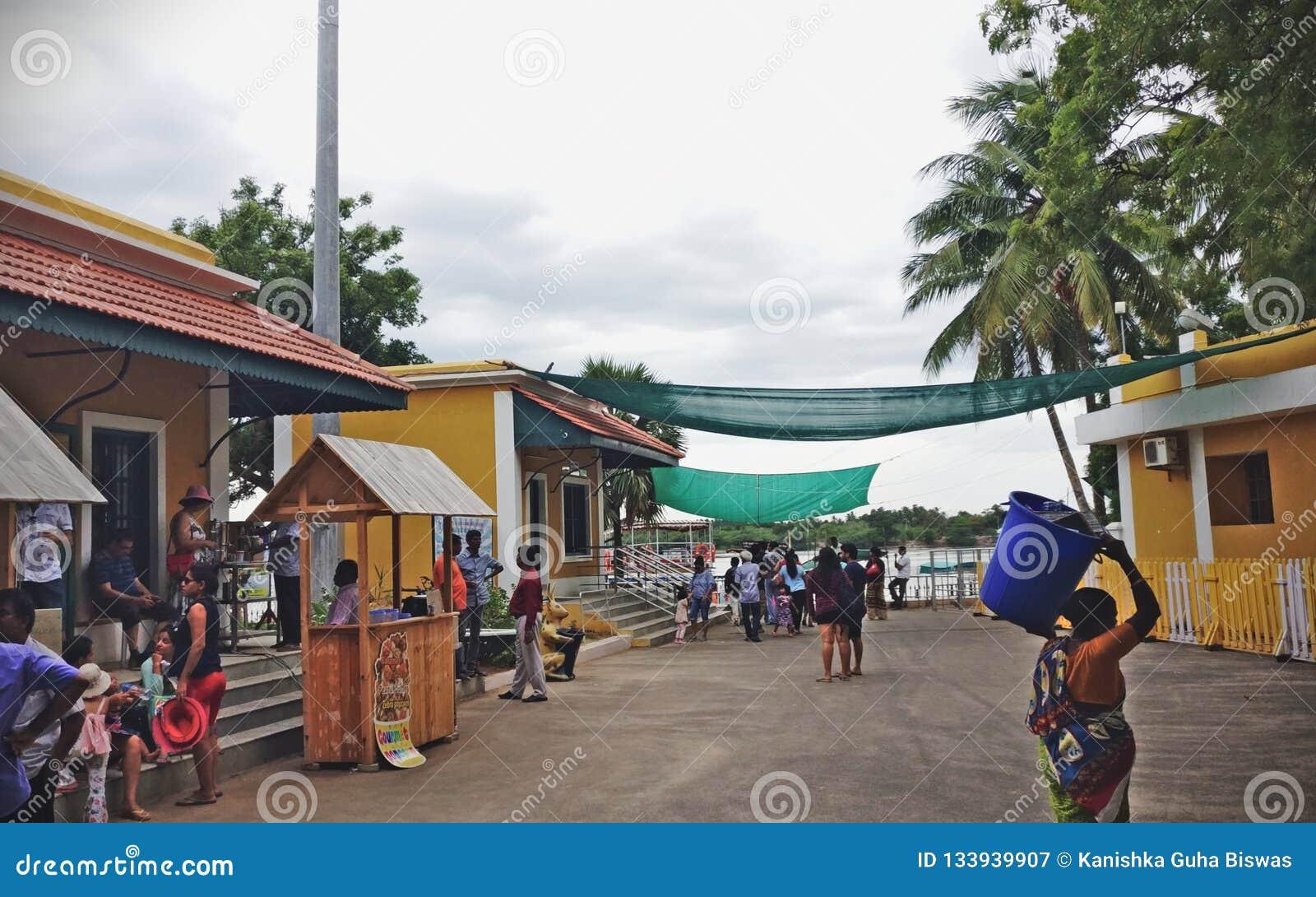 Ruchliwie port z turystami w Chunambar plaży Pondicherry