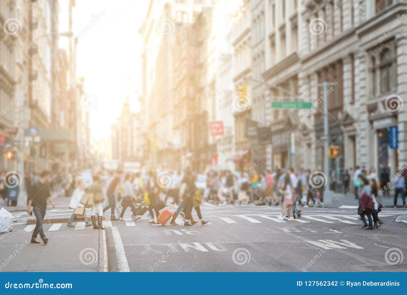 Ruchliwie tłumy ludzie chodzą przez skrzyżowanie w SoHo Miasto Nowy Jork