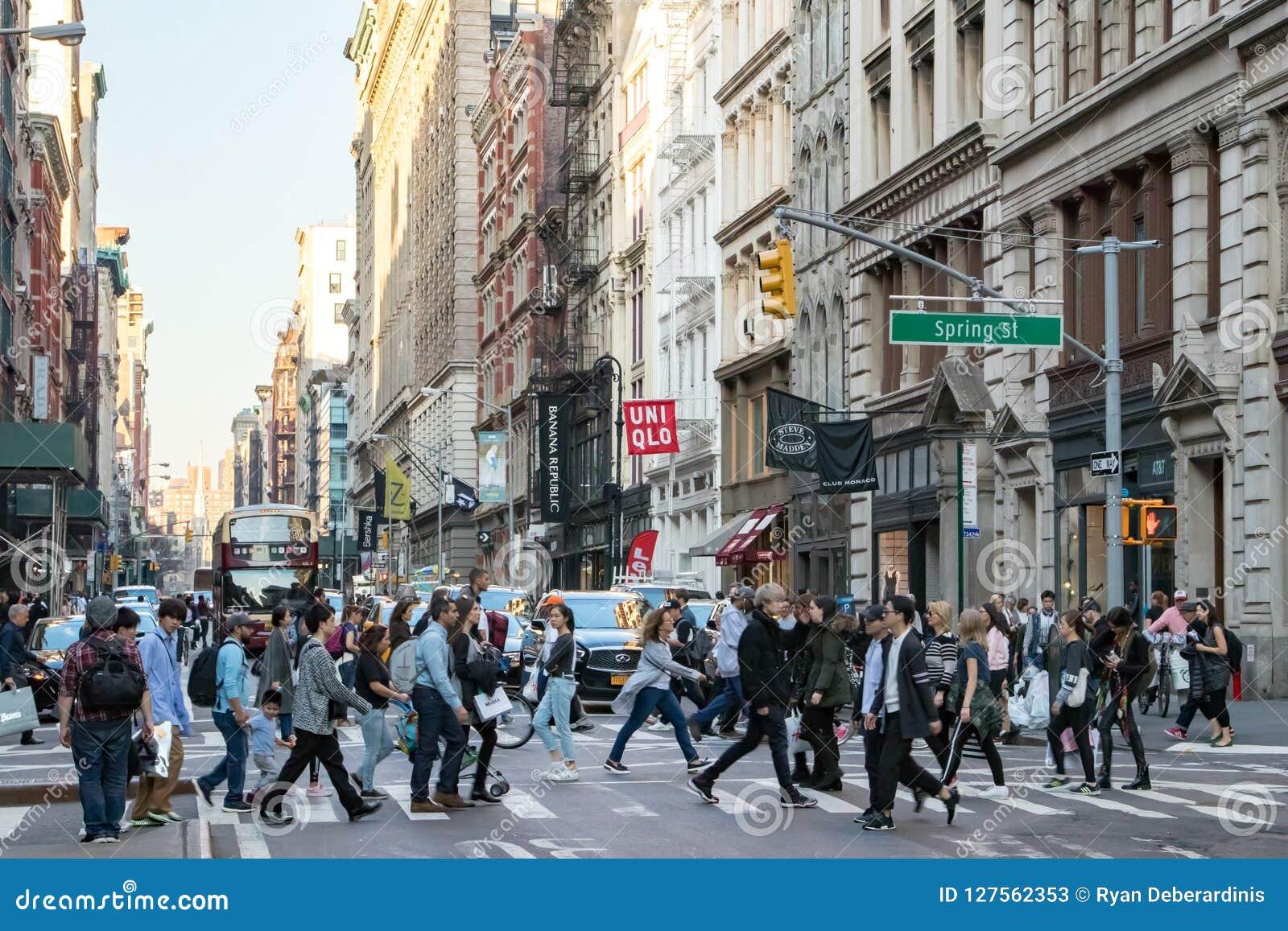 Ruchliwie tłumy ludzie krzyżuje Miasto Nowy Jork ulicę