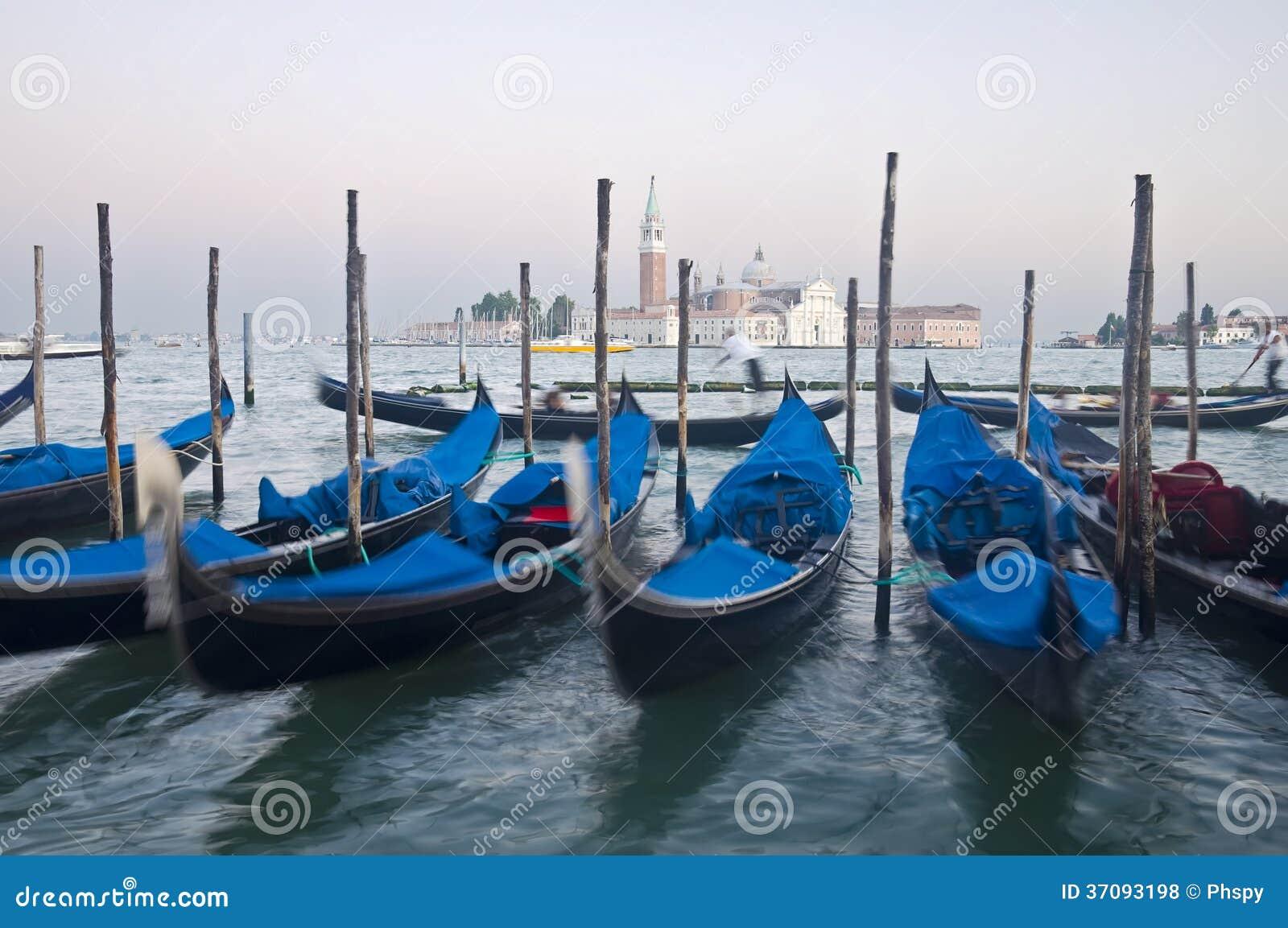 Download Ruchu Venice Zamazane Gondole Zdjęcie Stock - Obraz złożonej z kościół, laguna: 37093198