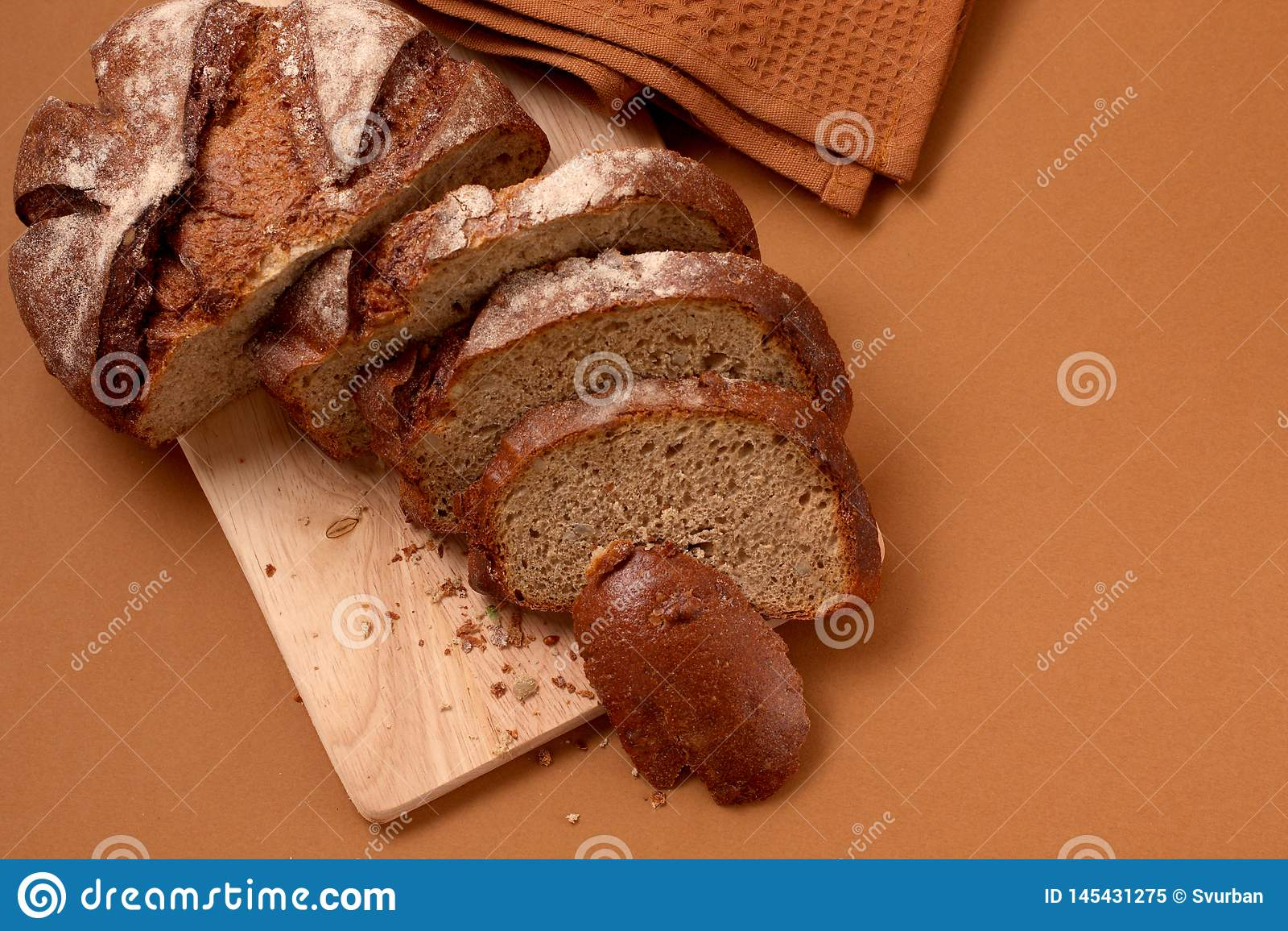 Ruciany chleb na stole