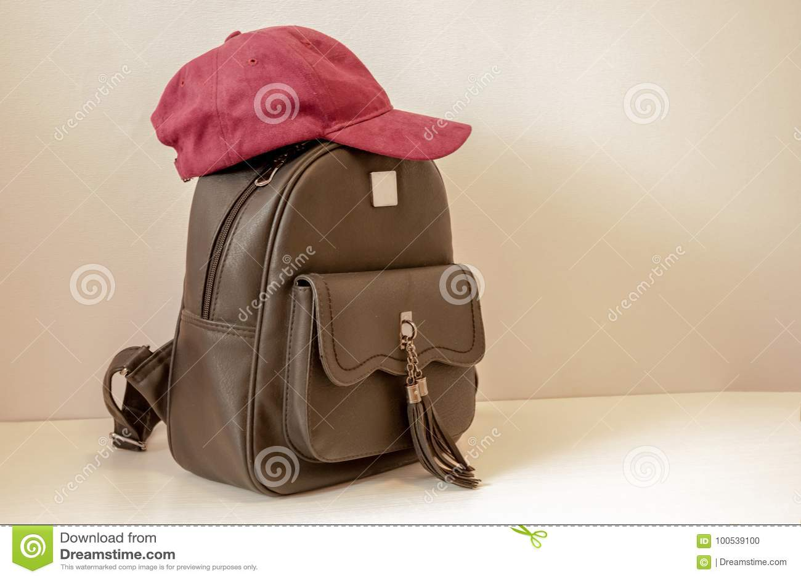 Rucksack und Kappe für das Mädchen