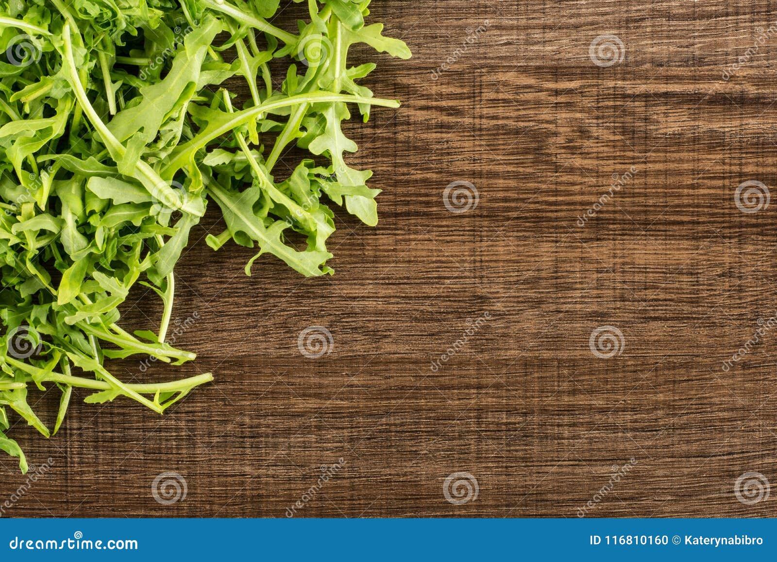 Rucola cruda fresca Rucola su legno marrone