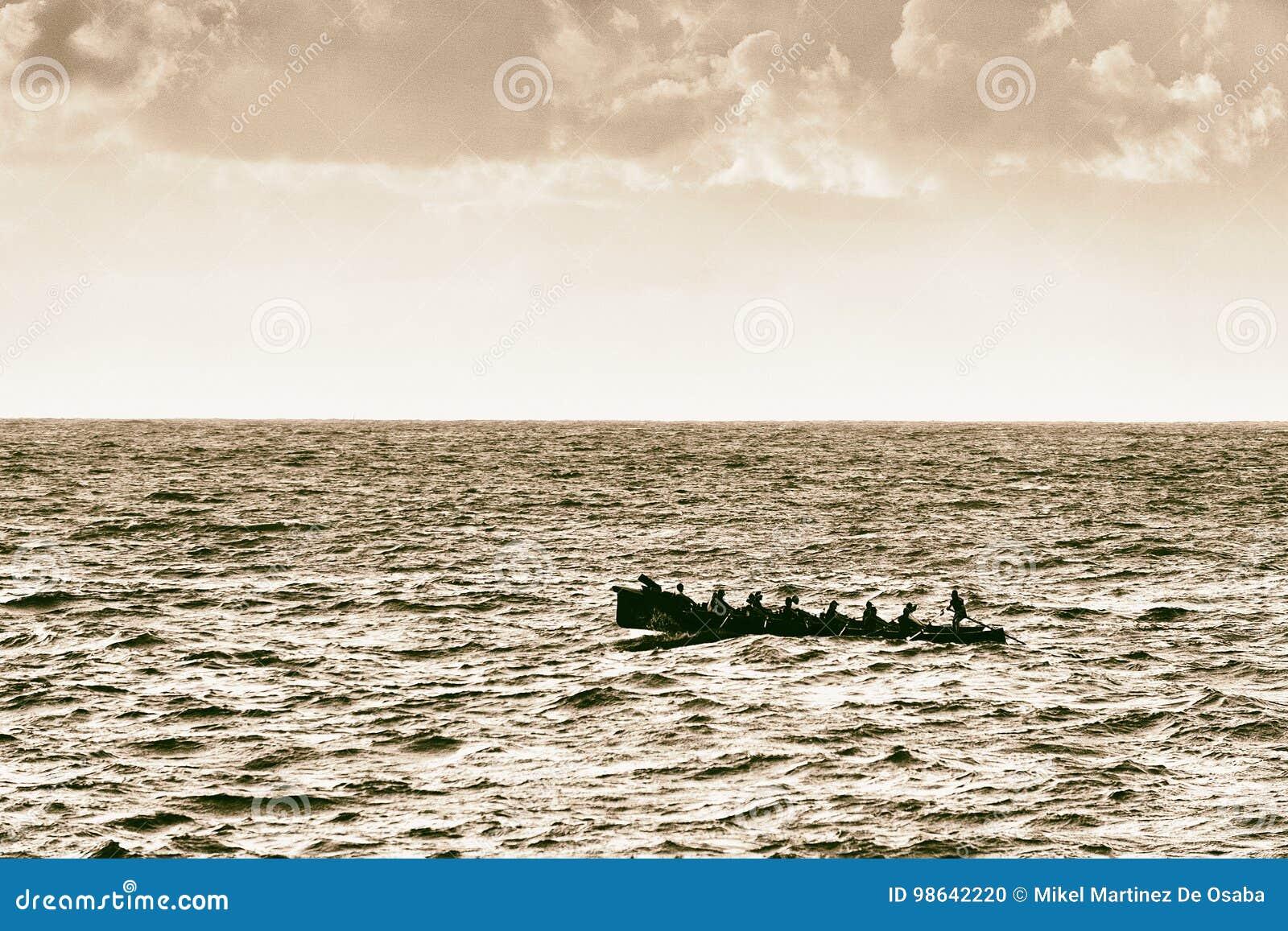 Ruderer, die auf Meer mit Weinlesefiltereffekt rudern