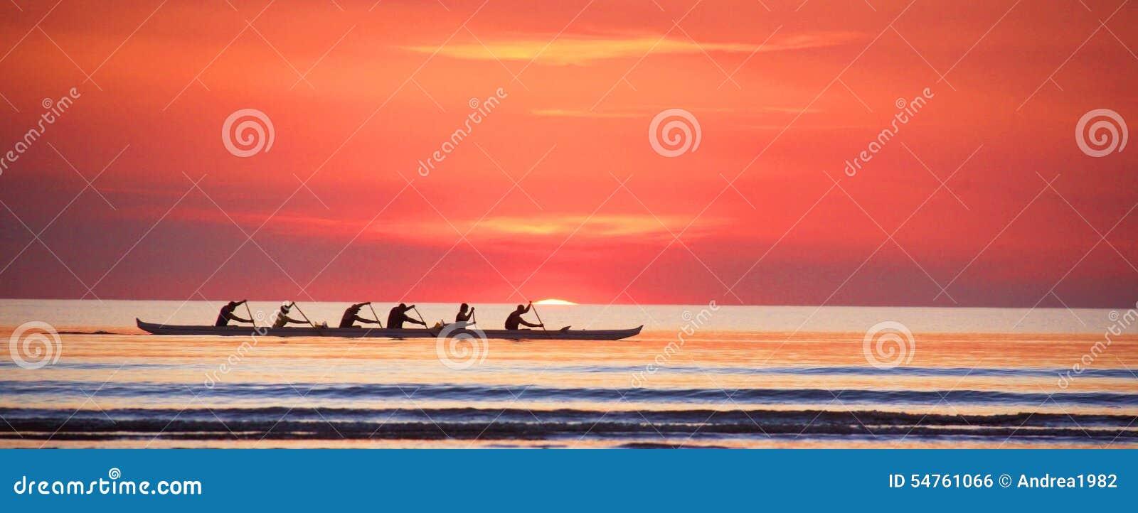 Rudern bei Sonnenuntergang auf dem Indischen Ozean