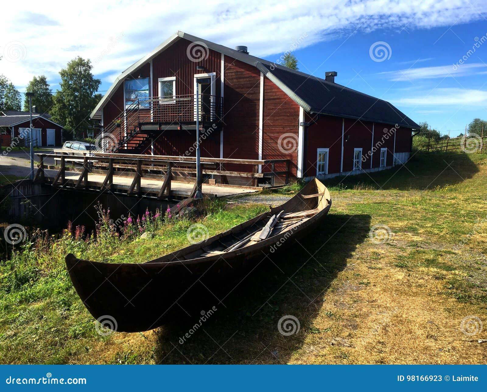 Rudern des alten Bootes in Schweden