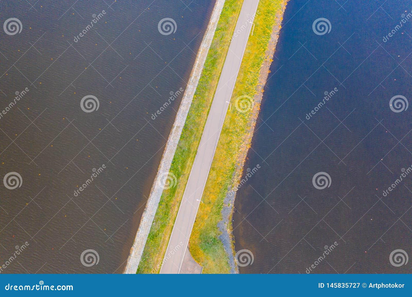 Rudern von Kanalvogelperspektive Radweg entlang Fluss