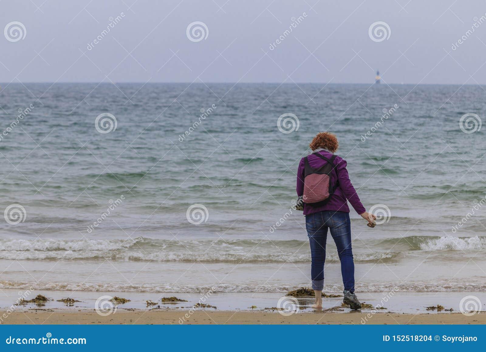 Rudzielec kobieta na seashore