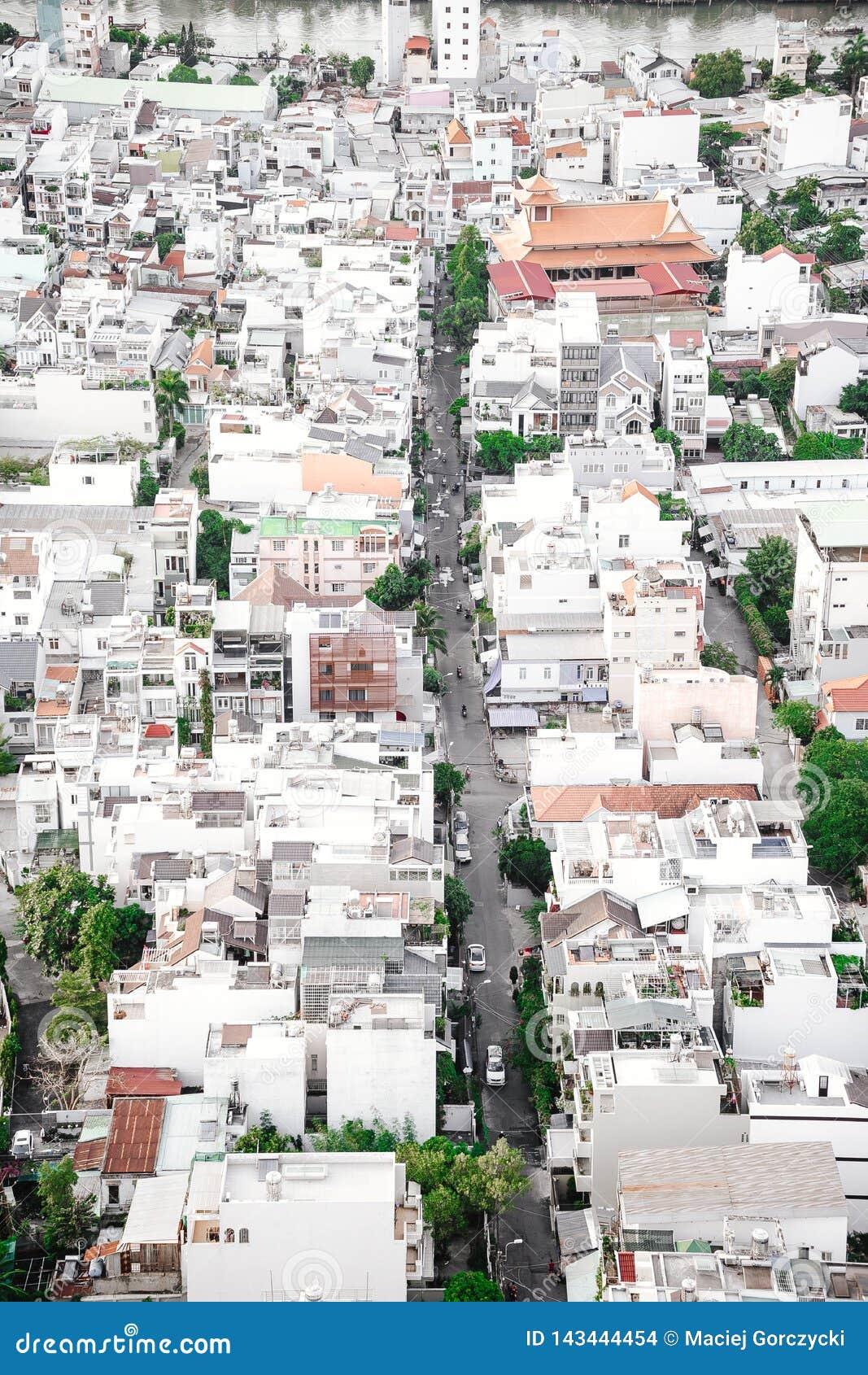 Rue étroite dans Saigon avec beaucoup de bâtiments