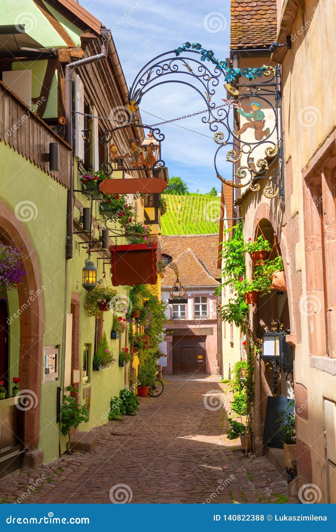 Rue étroite de charme dans Riquewihr en Alsace, France