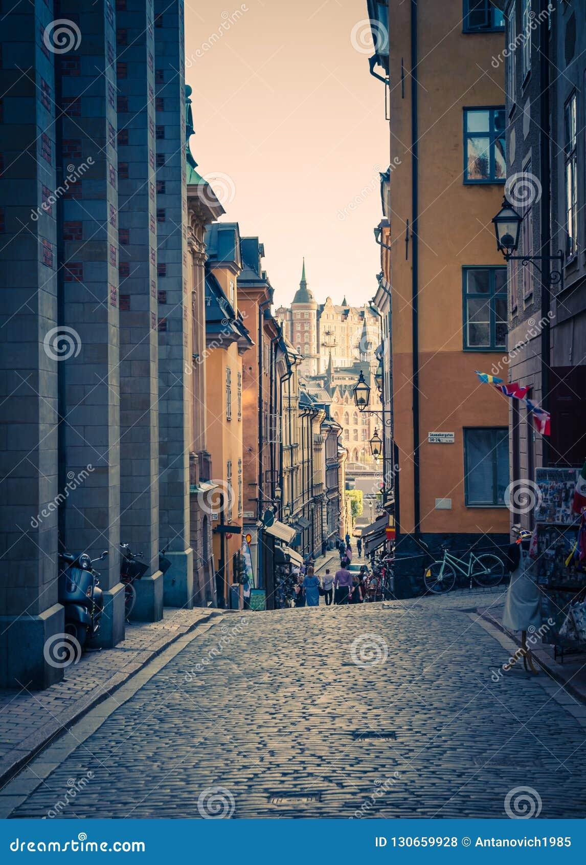 Rue étroite typique de la Suède avec le pavé rond, Stockholm, Suède