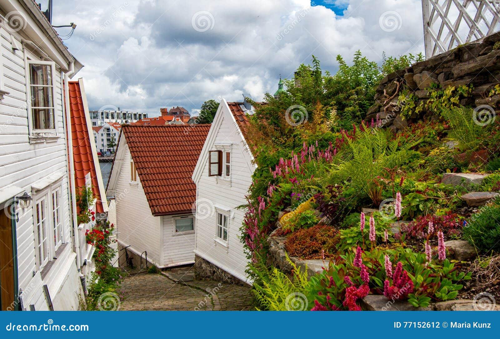 Rue avec les maisons blanches dans la vieille partie de Stavanger