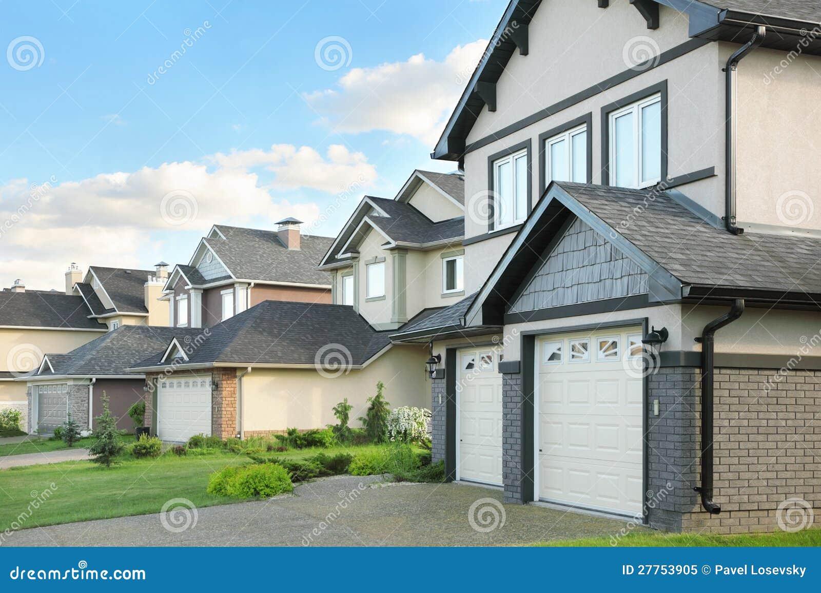 Rue avec les maisons brunes deux-racontées
