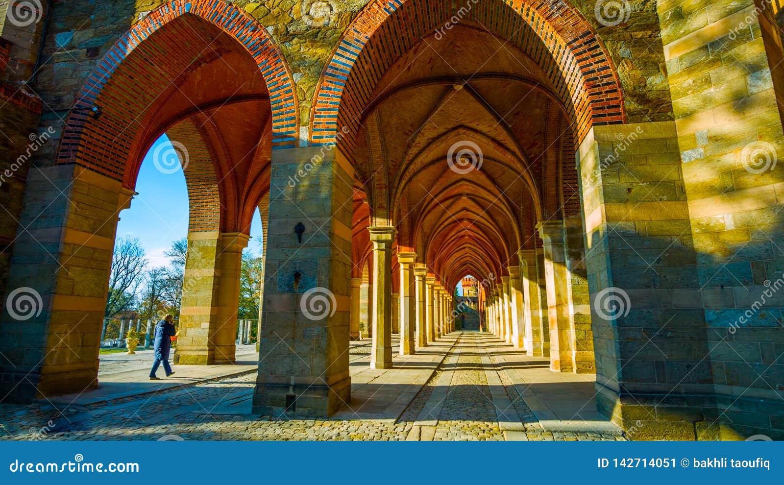 Rue dans la vieille ville : Bel automne dans le jardin - Pologne du nord - avec un tunnel au milieu des montagnes - avec un corr