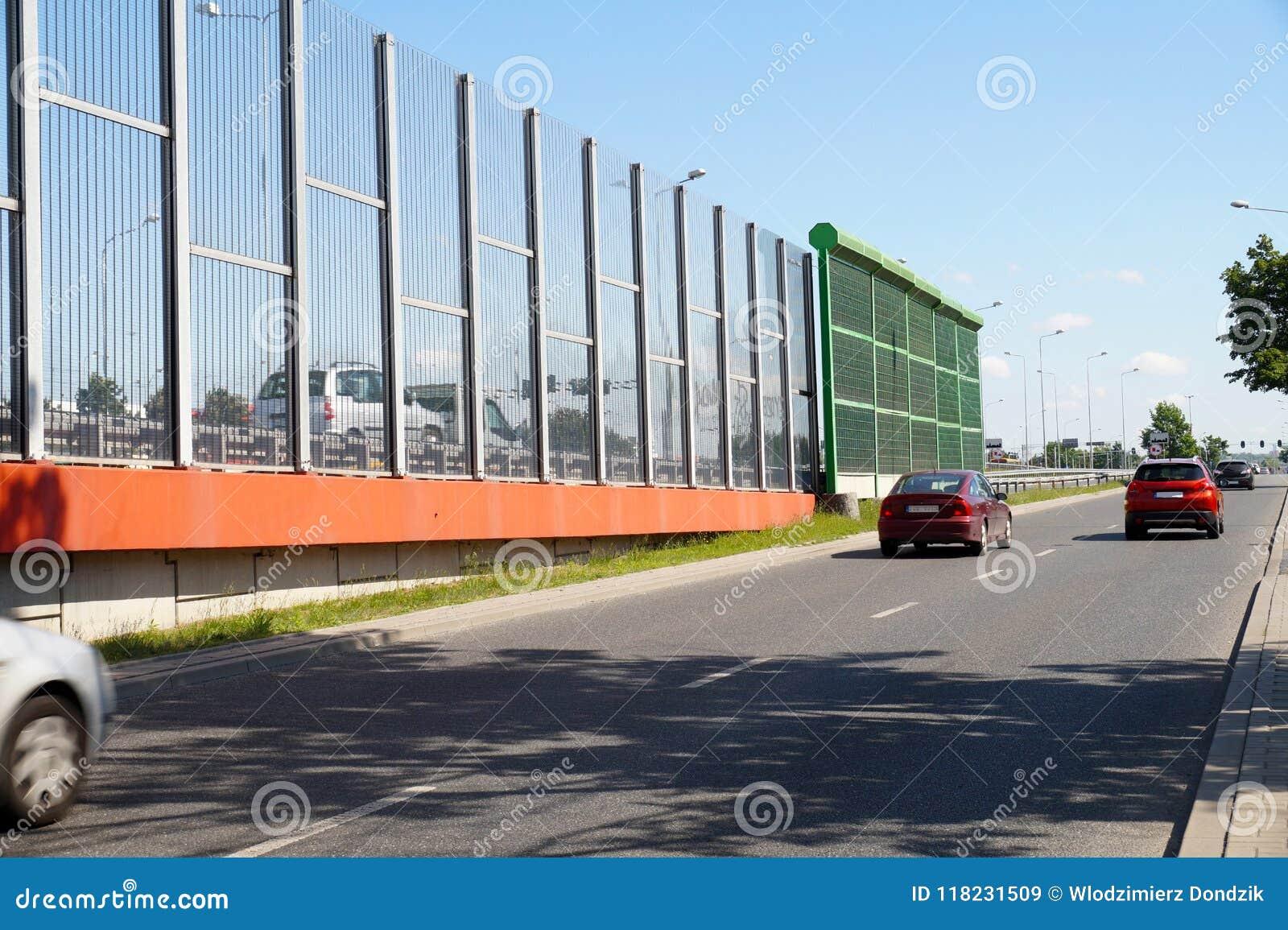 Rue dans la ville construite avec deux types de panneaux limitant le n
