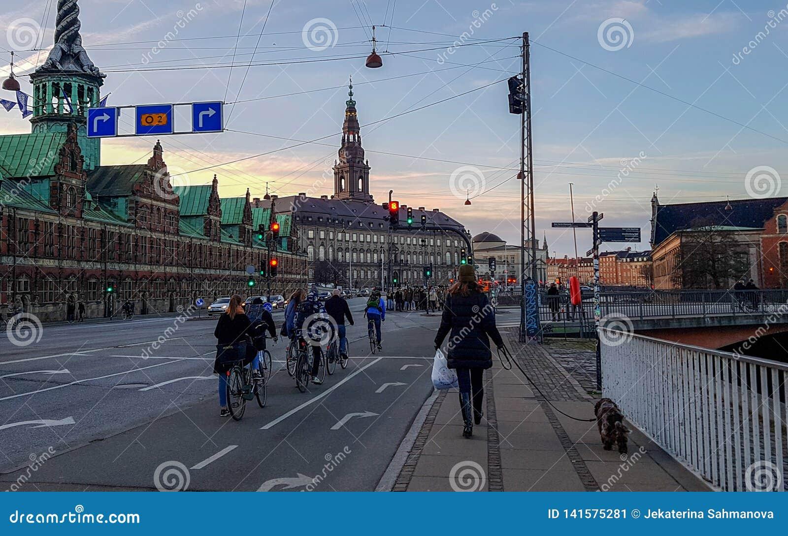 Rue de Copenhague avec la route, les cyclistes, les personnes et bâtiment Borsen sur le fond, Danemark de bourse des valeurs de C