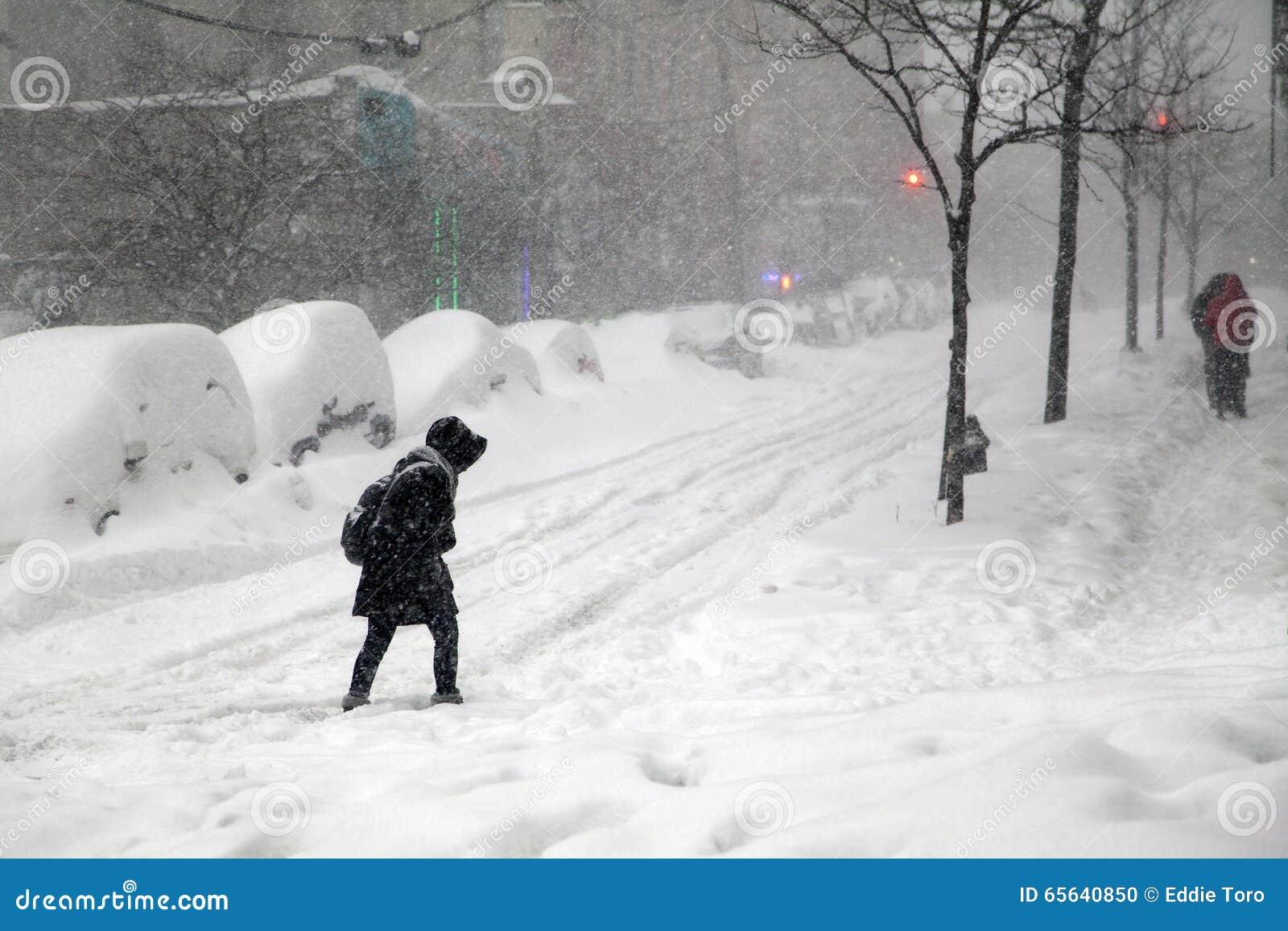 Rue de croisement de femme pendant la tempête de neige Jonas de neige dans le Bronx