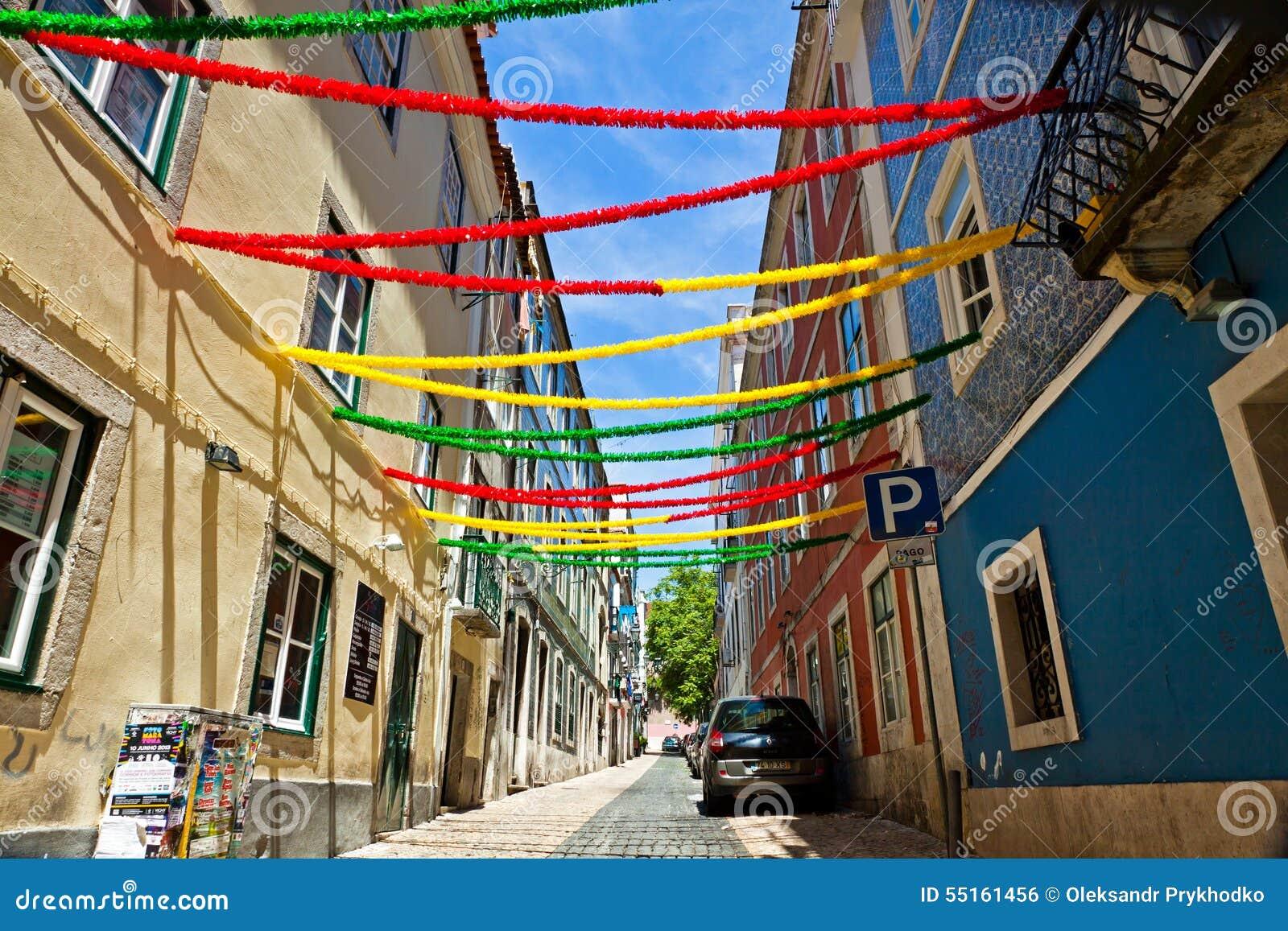 Rue de lisbonne avec la d coration de vacances pendant le for Decoration en france