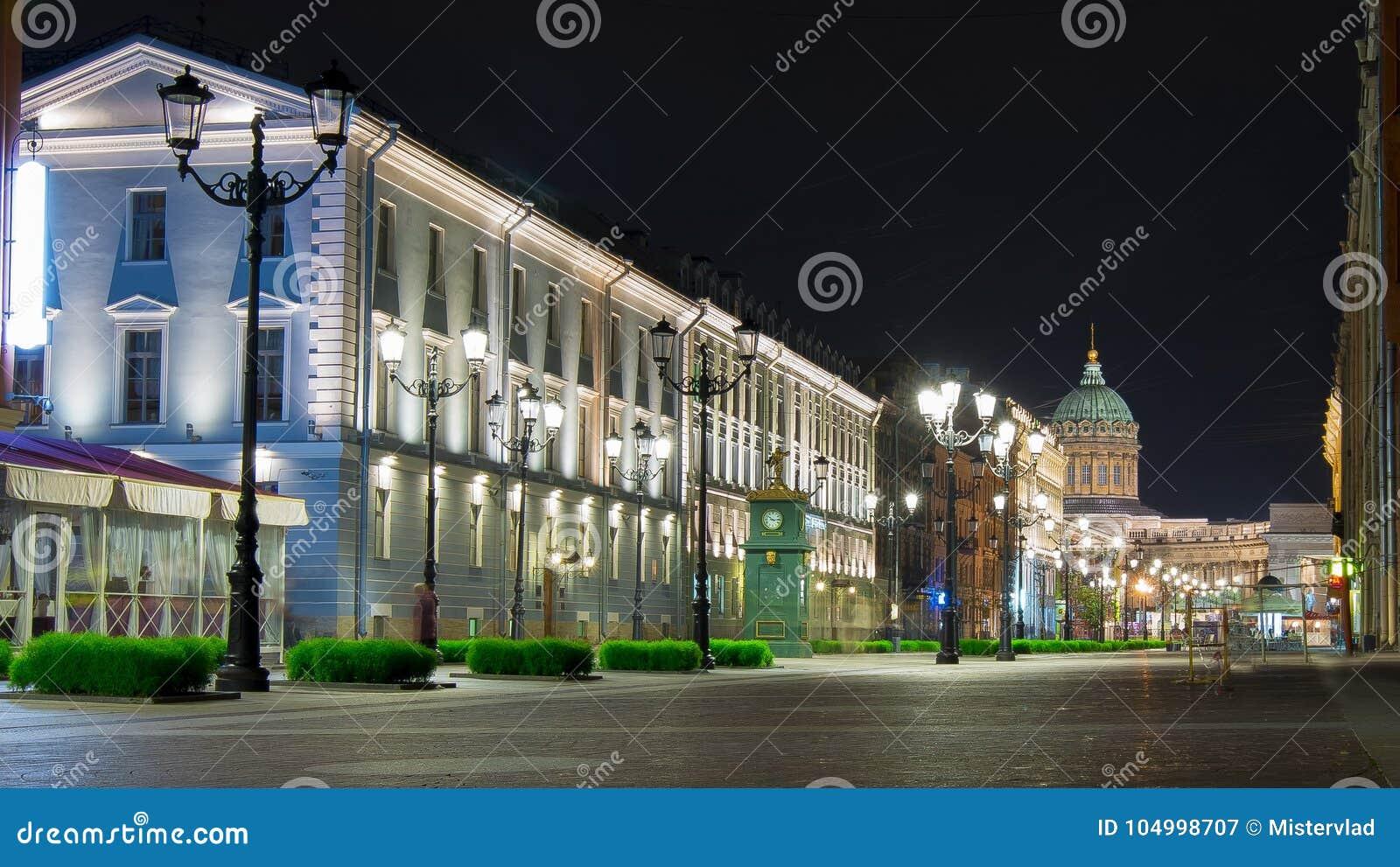 Rue de Malaya Konyushennaya et cathédrale de Kazan la nuit, St Petersburg, Russie