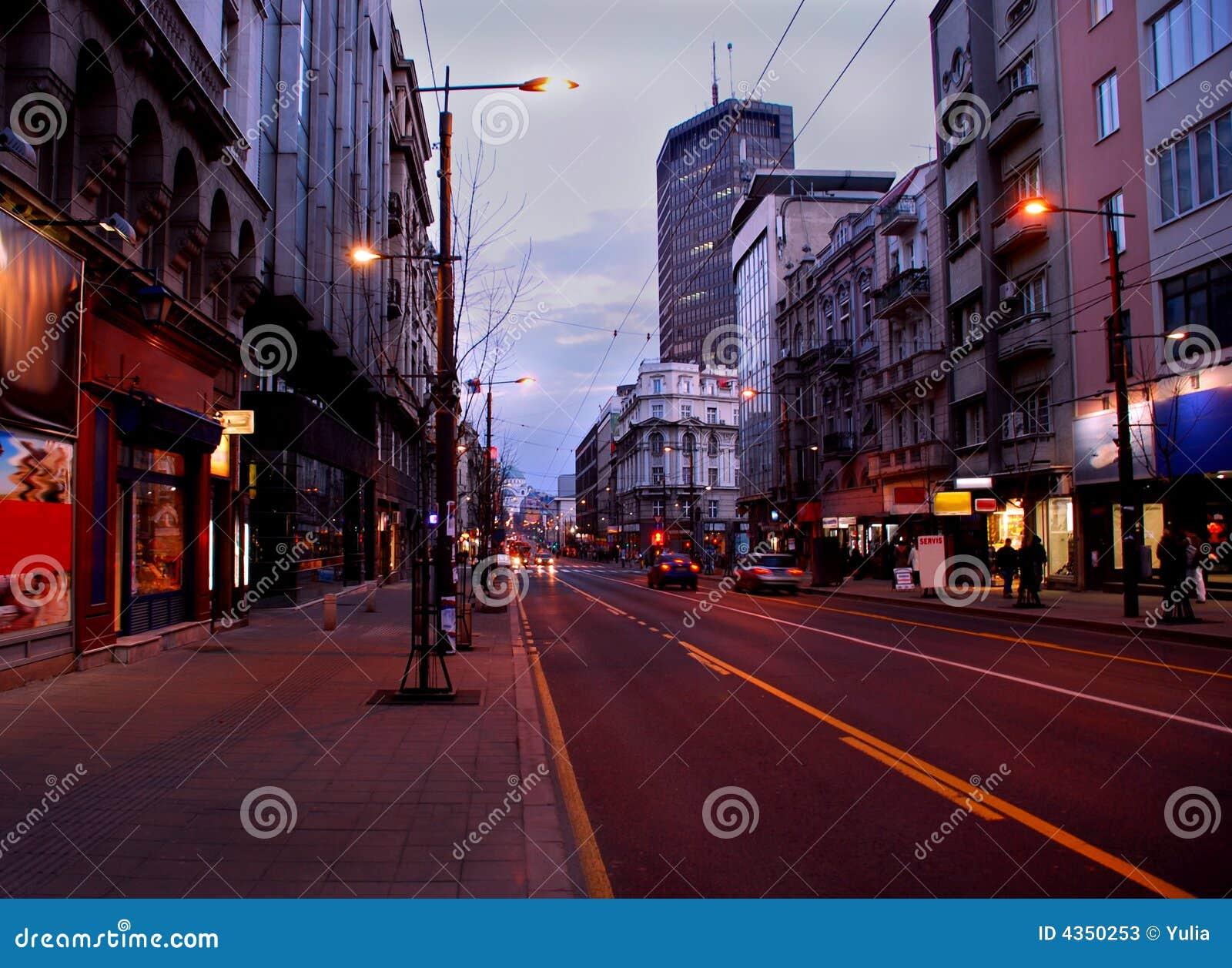 Rue de soirée de Belgrade