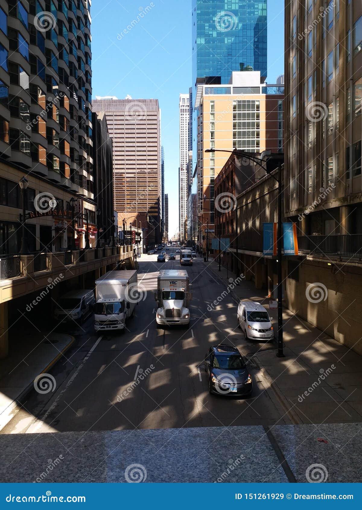 Rue de ville flanquée en des édifices hauts